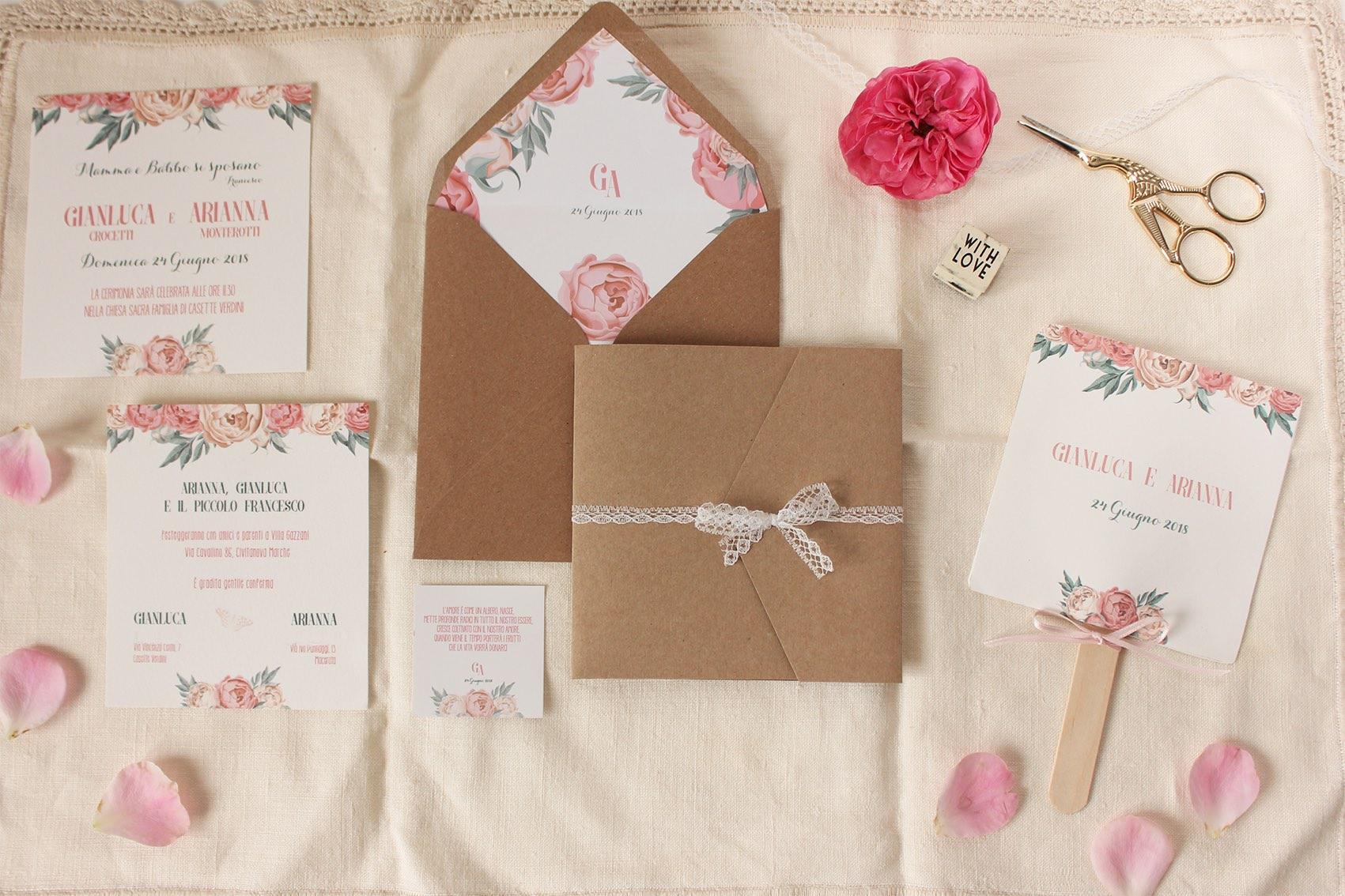 Carta Per Partecipazioni Matrimonio.Una Partecipazione Romantica Con Peonie Rosa E Carta Kraft
