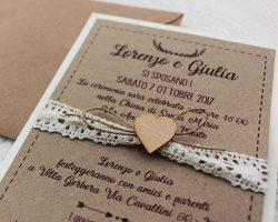 Partecipazioni Matrimonio Uncinetto.Partecipazione Country Carta Kraft Con Pizzo E Cuore Il Legno