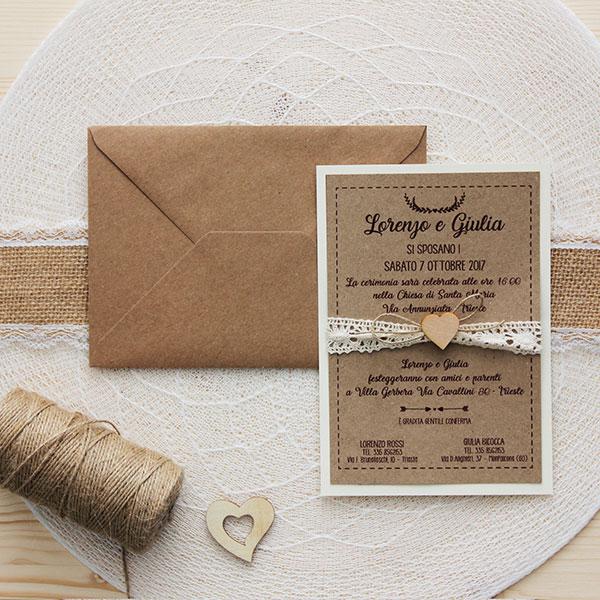 Partecipazione in doppia carta kraft e bianca,pizzo uncinetto e cuore in legno